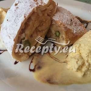 Jablečný závin se zeleným chřestem a zmrzlinou