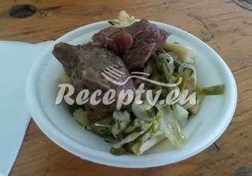 Hovězí líčka na chřestovém zelí se šťouchanými brambory