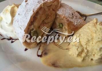 Jablečný závin se zeleným chřestem a zmrzlinou Recepty z bílého a zeleného chřestu