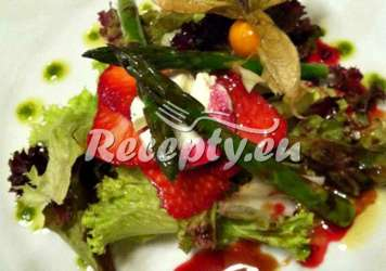 Marinovaný zelený chřest, jahody, špenát a mozzarella Recepty z bílého a zeleného chřestu