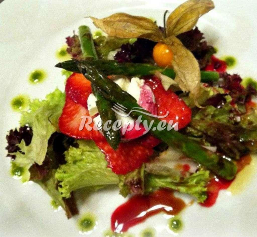 Marinovaný zelený chřest, jahody, špenát a mozzarella